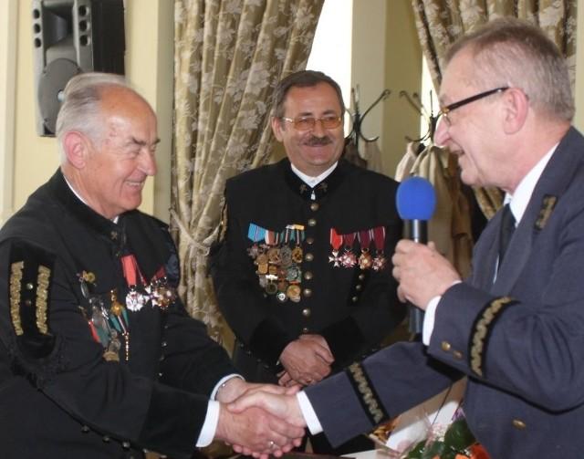 Fot. A. Piekarski, życzenia złożył z okazji 40-lecia prezesowi Tadeuszowi Mierzwie sekretarz generalny Zarządu Głównego Stowarzyszenia Inżynierów i Techników Górnictwa Eugeniusz Ragus (z prawej).