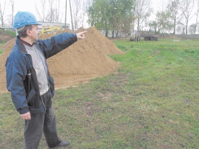 Zdzisław Borecki, kierownik robót budowlano-ziemnych, pokazuje miejsca pierwszych odwiertów.