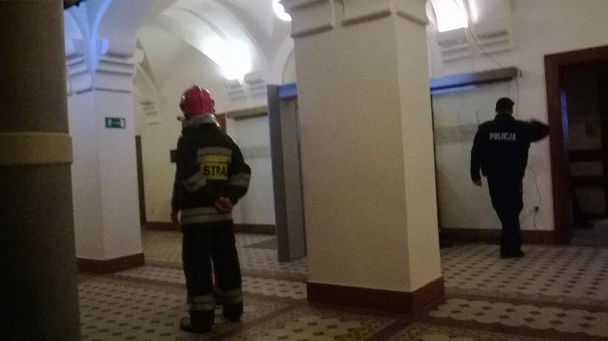 Wrocław: Ewakuacja sądu na Podwalu. Bomby nie znaleziono (ZDJĘCIA)