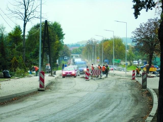 Kierowcy ul. 11 Listopada musz jeździć bardzo ostrożnie. Drogowcy zerwali wierzchnią warstwę asfaltu, a obecnie pracują m.in. przy skrzyżowaniu z ul. Tuwima.