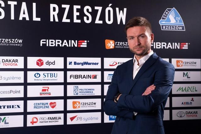 - W poprzedniej rundzie bardzo często chcieliśmy kontrolować mecz przez posiadanie piłki, a teraz chcemy się też nauczyć kontroli bez jej posiadania - mówi Daniel Myśliwiec, trener Stali Rzeszów