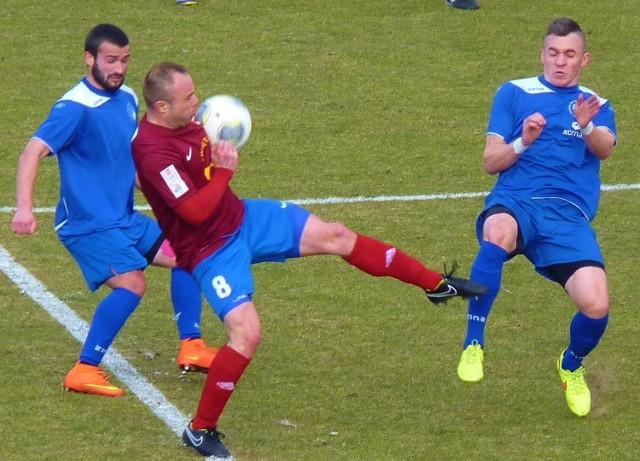 Piłkarze obu drużyn ambitnie walczyli o każdą piłkę.