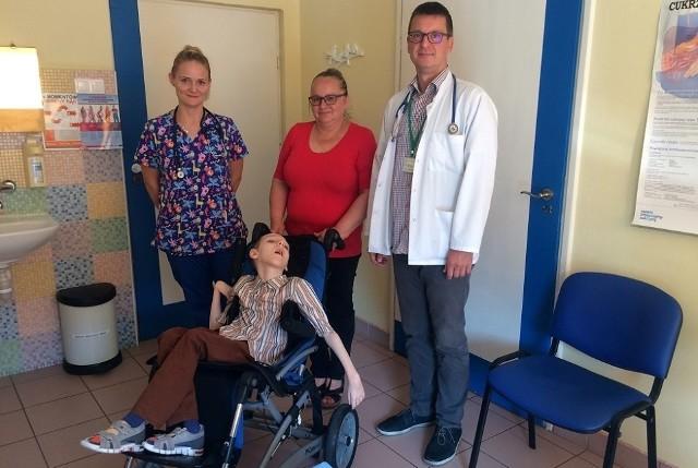 Na pierwszym planie Krzyś, stoją od lewej: lek. med. Marta Fiedorowicz-Kazimierczak, mama Bernadeta Puła i dr. hab. n. med. Marcin Zaniew.