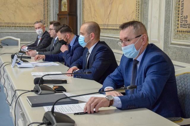 Radni trzech klubów (PiS, Regia Civitas, Nasz Przemyśl), które mają większość w Radzie Miejskiej w Przemyślu, podczas konferencji prasowej narzekali z powodu braku współpracy z prezydentem.
