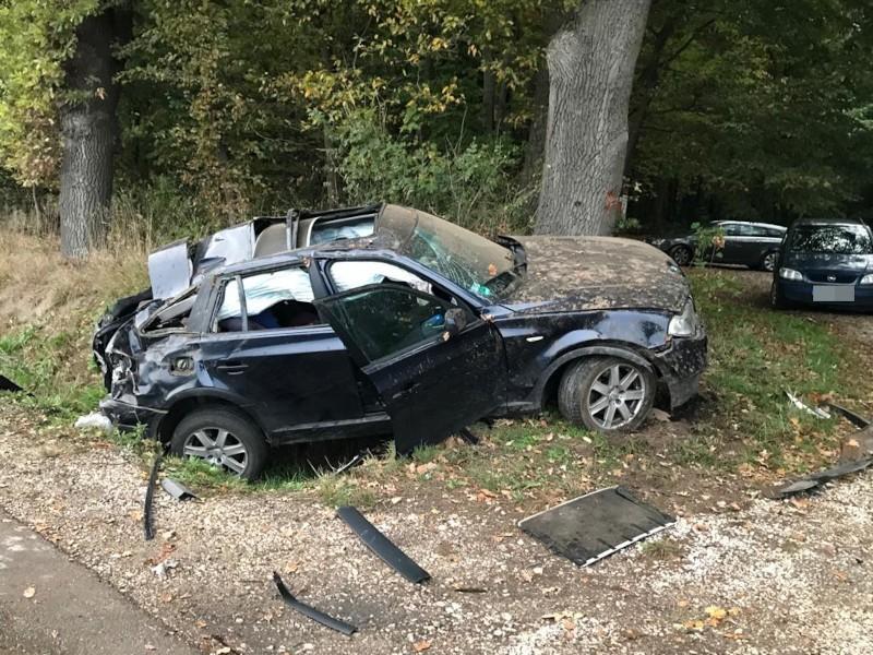 BMW zjechało z drogi i uderzyło w drzewo