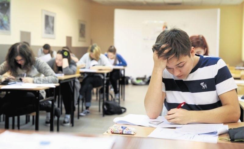 Kamil Sadanowicz i inni uczniowie II LO zdawali w środę próbny egzamin z matematyki w wersji międzynarodowej. W maju napiszą taki egzamin jako pierwsi uczniowie z północno-wschodniej Polski.
