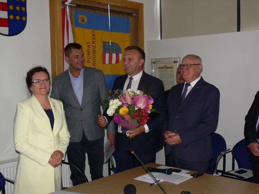 Po podpisaniu umów wojewoda odebrała kwiaty.
