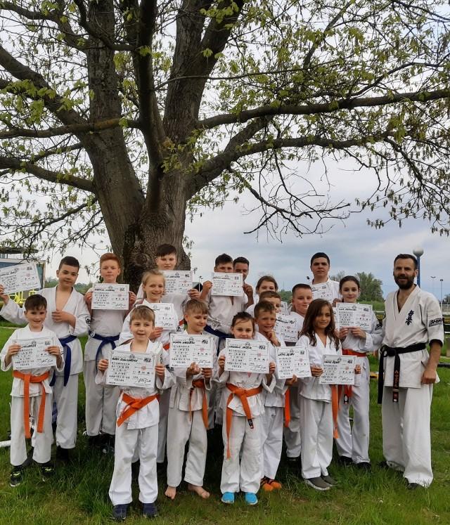 Ważne wydarzenie w Klubie karate SHIRO. Odbył się ekscytujący trening w przepięknej scenerii połączony z rozdaniem certyfikatów na stopnie szkoleniowe kyu. - Ostatni rok ze względu na pandemię, oprócz wielu zmian przyniósł na pewno duże ograniczenia jeżeli chodzi o sport. Szczególnie ucierpiała grupa dzieci oraz młodzieży z powodów tych ograniczeń, a wszyscy zdajemy sobie sprawę, jak ważny jest to aspekt w tej grupie wiekowej. W tym momencie kiedy sale treningowe już są otwarte, zapraszamy szczególnie do trenowania karate kyokushin, ponieważ jest to dyscyplina, która w znakomity sposób aktywuje wszystkie grupy mięśniowe poprzez trening ogólnorozwojowy, jak i już ćwiczenia ukierunkowane na tę dyscyplinę. Zapraszamy do nas do klubu, każdy pierwszy trening jest bezpłatny. Można przyjść i potrenować. Więcej info na mediach społecznościowych Klub Karate SHIRO i pod numerem telefonu 572-612-869 - powiedział Alan Mazur.Galeria zdjęć na kolejnych slajdach(dor)