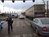 Wypadek na ul. Aleksandrowskiej. Jadąca autem kobieta uderzyła w dwójkę pieszych na przejściu