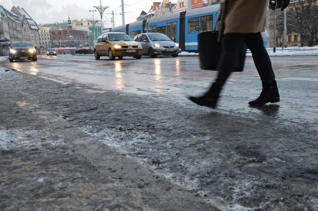 Instytut Meteorologii i Gospodarki Wodnej wydał ostrzeżenie pogodowe dla całego województwa dolnośląskiego. Mieszkańcy wszystkich powiatów muszą się liczyć z marznącymi opadami deszczu i gołoledzią.TREŚĆ OSTRZEŻENIA I WIĘCEJ INFORMACJI NA KOLEJNYCH SLAJDACH. PO GALERII PORUSZAJ SIĘ PRZY POMOCY STRZAŁEK LUB GESTÓW NA TELEFONIE.