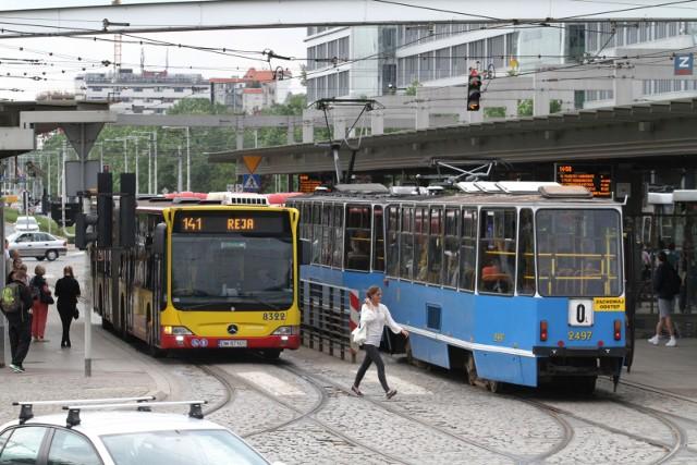 MPK od najbliższego poniedziałku - 30 marca zmienia nieco zasady funkcjonowania. W związku z ograniczeniami wprowadzonymi przez Radę Ministrów od poniedziałku do odwołania planowanych jest kilka zmian w organizacji komunikacji zbiorowej w dni powszednie. Jak będą kursowały autobusy i tramwaje? ZOBACZ SZCZEGÓŁY NA KOLEJNYM SLAJDZIE, PRZEJDŹ DALEJ PRZY POMOCY STRZAŁEK LUB GESTÓW NA TELEFONIE KOMÓRKOWYM