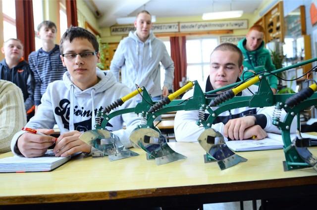 Ponad 8 tys. młodych ludzi dostało kwalifikację do upragnionej szkoły ponadpodstawowej w tegorocznej rekrutacji w przygotowanych 253 oddziałach. Do żadnego liceum, technikum i szkoły branżowej nie przyjęto ok. 1400 uczniów - do samych techników nieco ponad 300. Od 3 do 5 sierpnia (do godz. 15) trwa rekrutacja uzupełniająca. Sprawdź na kolejnych slajdach, gdzie są jeszcze wolne miejsca w technikach w Poznaniu i w powiecie --->>>Otwarcie siłowni, rozmowa z Maciejem Kowalskim z Organic Fitness