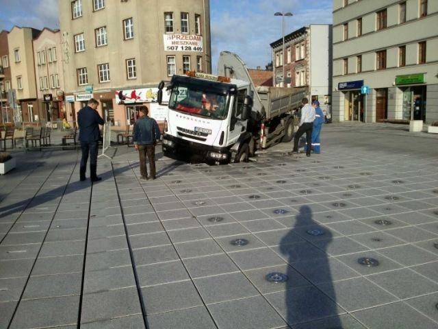Na fontannę w Rybniku najechała ciężarówka Rybnickich Służb Komunalnych