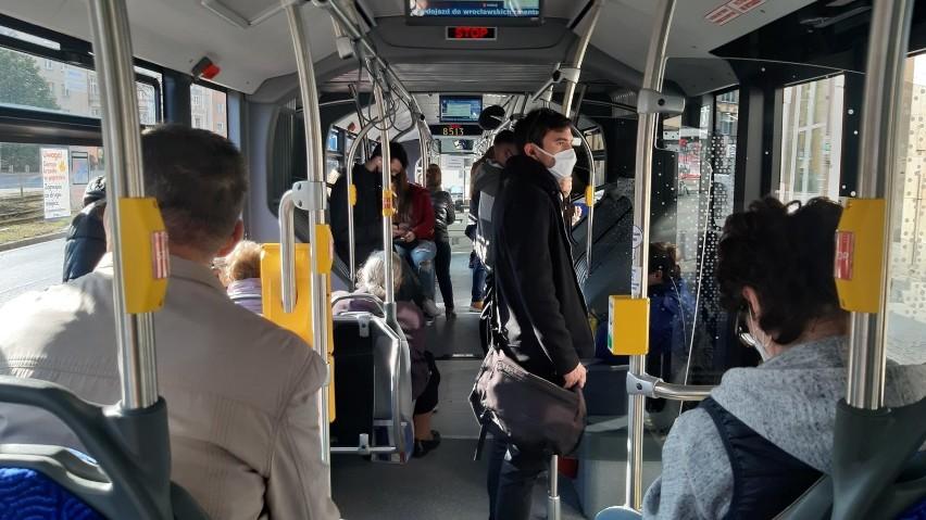 Pasażerowie zostawiają różne rzeczy w autobusach i...