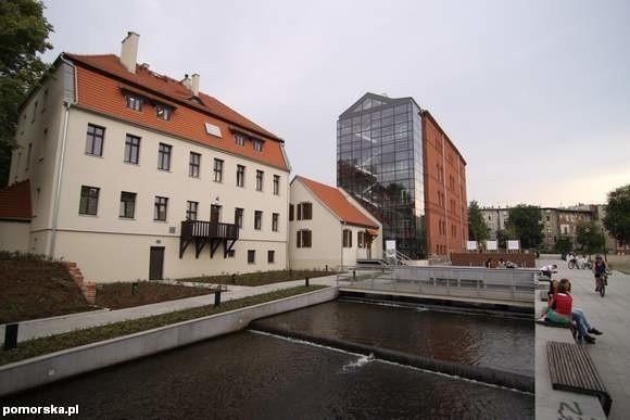 Czerwony Spichrz - pierwszy budynek od prawej