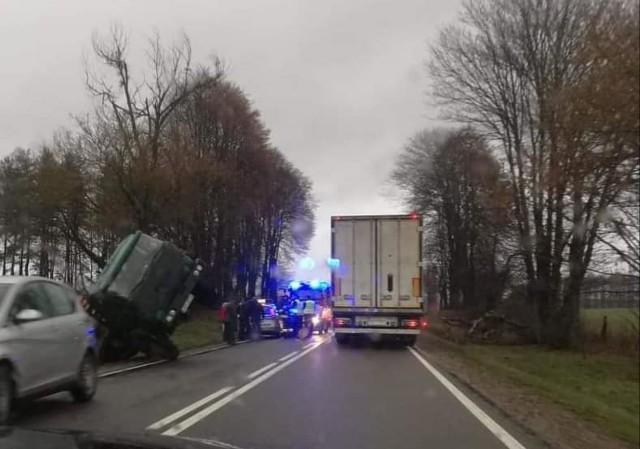 W piątek po godz. 13 niedaleko Dretynia na drodze krajowej nr 21, kierowca samochodu ciężarowego przewożącego drewno stracił panowanie nad pojazdem i wylądował w rowie. Nic nikomu się nie stało.Aktualizacja. Kierowca ciężarówki był nietrzeźwy. Wydmuchał 0, 6 promila. Wcześniej policja otrzymała telefon, że ciężarowy star bardzo kopci i jest źle zabezpieczony ładunek drewna. Dyżurny wysłał patrol. Policjanci dojechali do kierowcy chwilę po kolizji. Mężczyzna stracił prawo jazdy. Sprawa trafi do sądu.