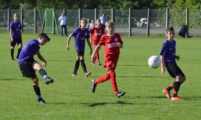 W niedzielę, 22 września, Akademia Piłkarska Macieja Murawskiego II Zielona Góra pokonała na własnym boisku ZAP Junior Zbąszynek 6:2. W zasadzie losy zwycięstwa rozstrzygnęły się już w pierwszej połowie, po której gospodarze prowadzili 5:1. Po sześciu kolejkach rozgrywek lubuskiej ligi trampkarzy Akademia Murawskiego ma na koncie 16 punktów i zajmuje drugie miejsce w tabeli. Takim samym dorobkiem, ale lepszym bilansem bramek, może pochwalić się lider Progres Gorzów. ZAP Junior z 7 punktami plasuje się na piątej pozycji.Akademia Piłkarska Macieja Murawskiego II Zielona Góra - ZAP Junior Zbąszynek 6:2 (5:1)