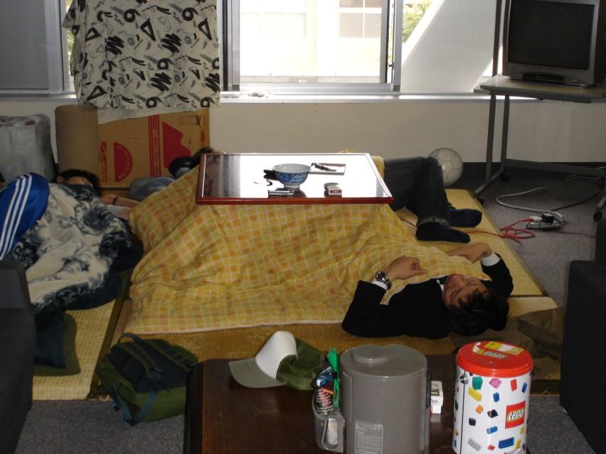 Ciepło generowane przez kotatsu prawie nie wydostaje się...