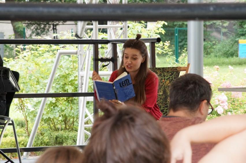 """""""Planeta wyobraźnia"""" to cykl rodzinnych, artystycznych spotkań, podczas których aktorzy czytają dzieciom książki nawiązujące do tematu tegorocznej edycji Bulwar[t]u. W ostatni weekend """"Bajki robotów"""" Lema czytali dzieciom Zuzanna Skolias i Antonis Skolias."""