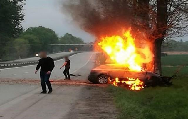 Samochód uderzył w drzewo i zapalił się. Kobieta zginęła