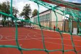 Szkoła Podstawowa nr 1 w  Wasilkowie. Jest tutaj nowoczesne boisko. Zobacz co się zmieniło?
