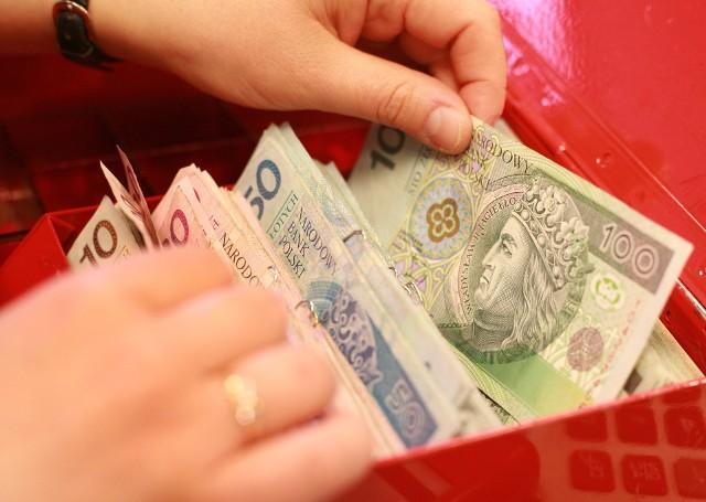Wzrosła liczba osób zamożnych, czyli takich, które miesięcznie zarabiają powyżej 7 tys. złotych brutto.