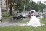 Wypadek na Krzywoustego - 4 auta zderzyły się przez uszkodzony hydrant. Jeden kierowca uciekł