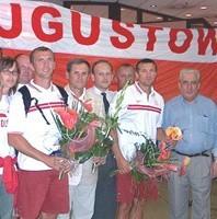 M. Twardowskiego (drugi z prawej) i A. Wysockiego (szósty), którzy w Atenach zajęli czwarte miejsce, augustowianie witali już na Okęciu.