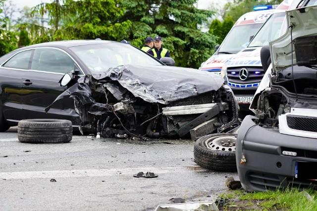 W Szubinie doszło do wypadku z udziałem trzech pojazdów. Droga wojewódzka nr 246 jest całkowicie zablokowana. Cztery osoby trafiły do szpitala.
