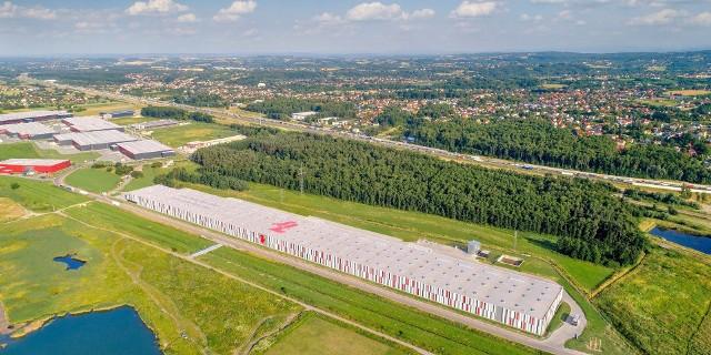 """W Wielickiej Strefie Aktywności Gospodarczej """"Kokotów – Brzegi"""" otwarto kolejną, już dziewiątą, halę w ramach projektu firmy 7R. Nowy obiekt, wybudowany w standardzie proekologicznym ma powierzchnię 33,3 tys. mkw."""