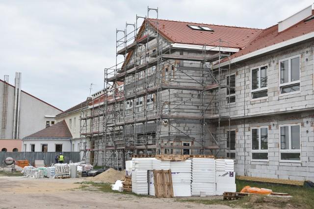 Nowy segment szkoły przy ul. Kcyńskiej w Paterku już pod dachem, ale pracy jeszcze sporo. Na parterze mieścić się będą sale dla przedszkolaków, na piętrze i poddaszu sale lekcyjne