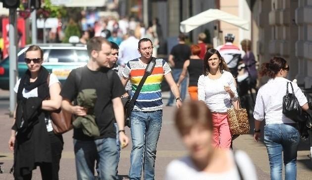 Demografowie biją na alarm - Łódź wymiera. Rodzi się za mało dzieci, młodzi emigrują, a wiele osób wyprowadza się z centrum miasta do podłódzkich miejscowości.