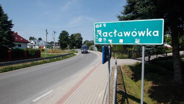 W Racławówce rozpoczyna się przebudowa drogi. Na razie stanęły tablice z objazdami. Inwestycja potrwa do połowy 2023 roku