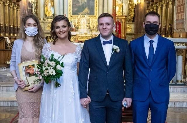 """Magdalena Maciejewska i Michał Marszałkowski z Kalisza zaręczyli się w październiku 2019 roku. W grudniu zaplanowali ślub, który miał się odbyć w sobotę, 18 kwietnia 2020 r. z weselem w klubie """"Komoda"""". Wtedy jeszcze nikt nie miał pojęcia, że pandemia koronawirusa nie pozwoli na liczny udział w uroczystości ich rodzinie i przyjaciołom.Przejdź do kolejnego zdjęcia --->"""