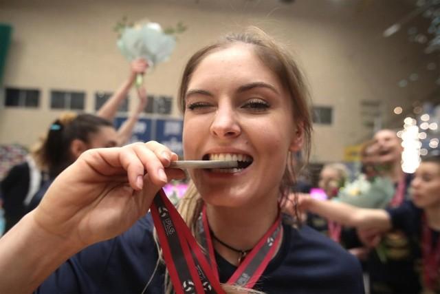 Martyna Grajber sprawdza, jak smakuje złoty medal.