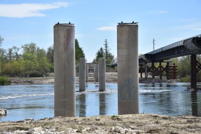 Po starym moście zostały jedynie betonowe podpory i przyczółki oraz rury kanalizacji przełożone na zastępczą konstrukcję nad rzeką
