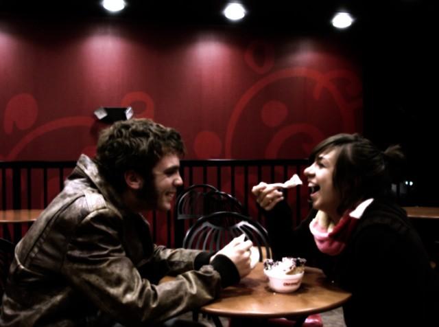"""Randka. To """"taka sytuacja"""", w której ludzie spotykają się w umówionym miejscu, rozmawiają, jedzą jedzenie albo piją napoje, patrzą sobie głęboko w oczy, namiętnie się całują i albo mówią sobie dobranoc i idą spać, albo idą do łóżka i rano mówią sobie """"dzień dobry"""""""