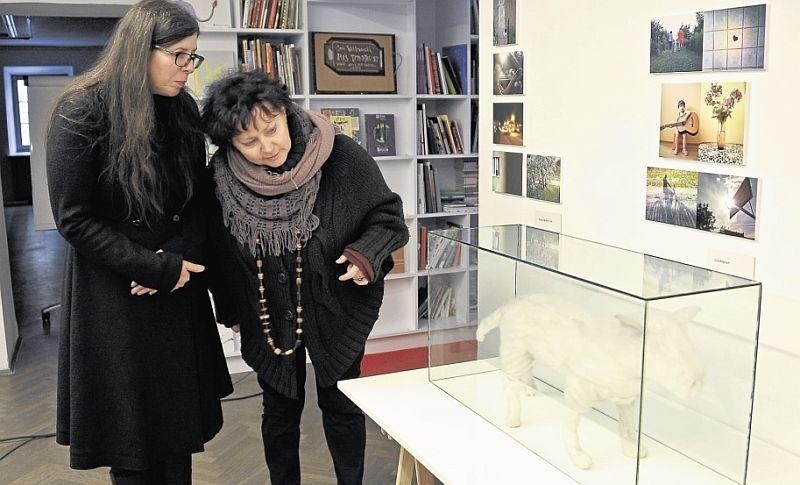 """Monika Szewczyk (z lewej) i Joanna Tomalska prezentują pracę Mirosława Bałki """"Czysty piesek"""". To jeden z ważniejszych tegorocznych zakupów do Kolekcji II."""