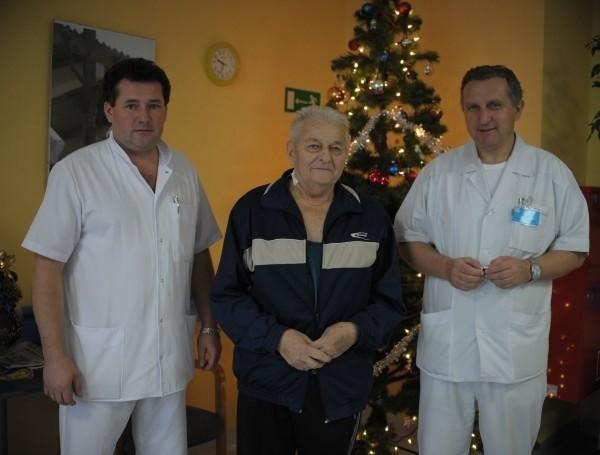 Waltera Brolik   wraca już dzisiaj do domu z nową zastawką. Niekonwencjonalny zabieg jej wszczepienia wykonali: kardiochirurg Jacek Kaperczak (pierwszy z prawej) i kardiolog Andrzej  Wester.