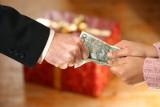 Takie premie na święta dostają pracownicy. Zobacz, ile dostaną w Biedronce, Lidlu, Tesco i innych sklepach [stawki]
