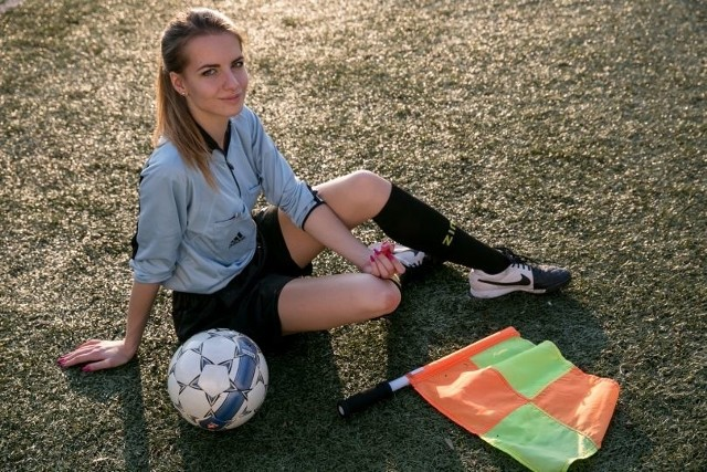 """Karolina Bojar, sędzia piłkarska biegająca głównie po małopolskich boiskach, została uznana za najseksowniejszą kobietę z gwizdkiem przez dziennikarzy brytyjskiego """"The Sun""""."""
