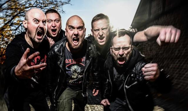 Łydka Grubasa to zespół wykonujący muzykę rockowo-metalową, ale jednocześnie czerpiący do woli z całego świata muzycznego i wplatający w swoje utwory niemal wszystkie gatunki.