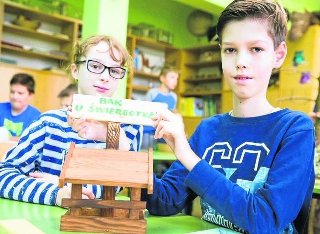 Amelka i Michał razem z kolegami ozdabiali swoje karmniki