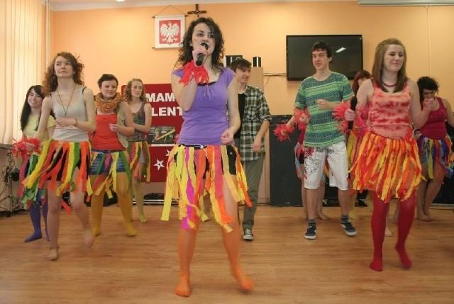"""Efektownie prezentowała się grupa taneczna Dzieci Afryki w tańcu """"Waka, Waka""""."""