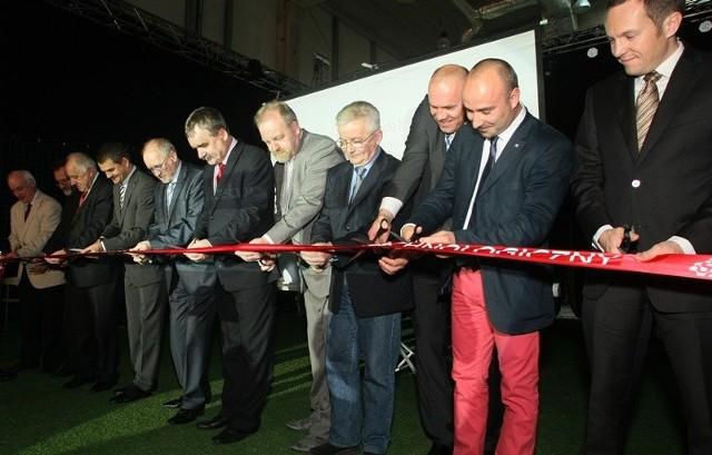 Kielecki Park Technologiczny ma wielu ojców. Wszyscy, którym głęboko leży na sercu jego sukces przecinali uroczyście wstęgę w scenografii piłkarskiego boiska, w związku z rozpoczynającym się już za 15 dni EURO 2012.