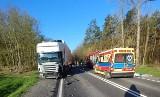 Łódzkie. Wypadek na DK 14 pod Głownem. Jedna osoba ranna w zderzeniu z TIR-em. Zablokowana Droga Krajowa nr 14 w pow. zgierskim