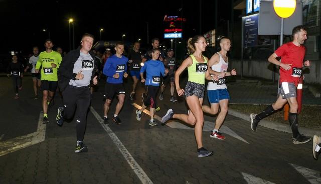 Nocna Dycha Kopernika to już tradycja - w sobotni wieczór kilkuset zawodników wzięło udział w dwóch biegach z metą na Stadionie Miejskim. Główny dystans to oczywiście 10 kilometrów, ale na chętnych czekała także trasa o połowę krótsza. Uczestnicy Nocnej Dychy Kopernika biegli m.in. Lubicką, Bulwarem Filadelfijskim, przez park miejski, Bydgoską, aż wreszcie dotarli na Bema. Wielu zawodników zdecydowało się na specjalne przebrania - tegoroczny bieg był bowiem dedykowany pracownikom służb medycznych.Zwycięzcą na 10 km został Miłosz Tomaszewski, który uzyskał czas 33:46. Co ciekawe, dla najszybszego zawodnika był to... drugi start tego samego dnia. - Najpierw biegłem 15 kilometrów w Lubiewie. Uzyskałem tam rekord życiowy, 50 minut i 52 sekundy, i wygrałem Grand Prix województwa. Wieczorem wystartowałem tutaj. Trasa była super. Wszystko poszło zgodnie z planem. Wygrałem i znów mam życiówkę. Są zatem postępy i wszystko idzie w dobrym kierunku - powiedział Tomaszewski na mecie.Łącznie oba dystanse ukończyły 373 osoby, a ponadto 21 kolejnych wzięło udział w marszu nordic walking.- Wydaje mi się, że impreza się udała - powiedział Grzegorz Flis, prezes organizującego Nocną Dychę Kopernika Stowarzyszenia Maraton Toruński. - W ciągu dnia było deszczowo, ale wieczorem pogoda była już znacznie lepsza, a nawierzchnia sucha i przyjazna dla biegaczy. Szkoda tylko, że było chłodno, ale w trakcie biegu była gorąca atmosfera, więc tego się nie czuło. To jedyny nocny bieg w Toruniu i chyba także w województwie kujawsko-pomorskim. Trasa była płaska i dobrze oświetlona. Ludzie są więc zadowoleni. Ja również wziąłem udział w biegu i wystartowałem na 5 km - podsumował Flis.Czytaj również:Co to za żużlowiec? Sprawdź się w naszym quizie i rozpoznaj wszystkich zawodników!Młyn Elany kontra młyn Zawiszy. Który był lepszy? Mamy dużo zdjęć!