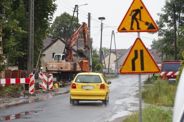 b Powiatowy Zarząd Dróg w Opolu zapewnia, że kłopoty związane z odnajdywaniem pocisków artyleryjskich nie powinny wpłynąć na termin zakończenia prac. Ma to nastąpić 29 sierpnia.