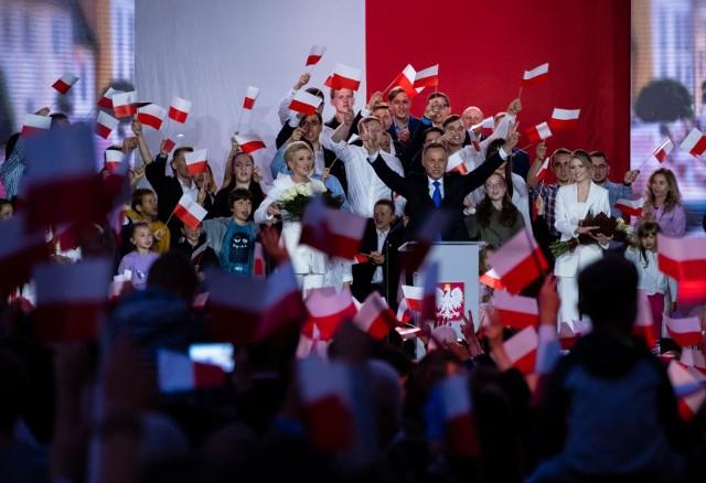 Andrzej Duda uzyskał w II turze wyborów prezydenckich 51,21 proc., a Rafał Trzaskowski - 48,79 proc. - to cząstkowe, nieoficjalne wyniki wyborów z 99,97 proc. obwodów, które podała PaKW.