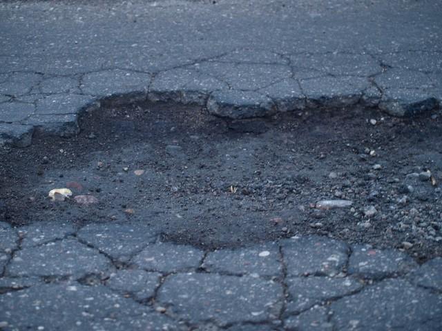 W zeszłym roku na dziurach w miejskich drogach auta uszkodziło ponad 200 kierowców